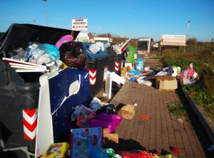 Abbandono rifiuti non ingombranti vicino cassonetti