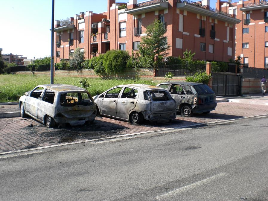 Incendio d'auto a via Paolo Rosi